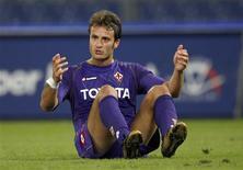 <p>Alberto Gilardino, do Fiorentina, em partida contra o Lazio em Roma em 24 de setembro. O atacante da Fiorentina foi suspenso por duas partidas depois de ter feito um gol com a mão na vitória de 3 x 1 de sua equipe sobre o Palermo, no fim de semana. REUTERS/Giampiero Sposito</p>