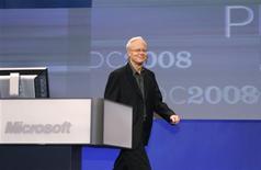"""<p>L'architecte en chef de Microsoft, Ray Ozzie, a levé lundi le voile sur un nouveau service permettant aux entreprises d'utiliser les centres de traitement de données du groupe de Redmond pour faire fonctionner leurs applications sur le web. Le service, basé sur le """"cloud computing"""", ou """"informatique dans les nuages"""", permet d'exploiter toutes sortes d'applications depuis internet comme si elles étaient installées localement sur le disque dur de l'ordinateur de l'utilisateur. /Photo prise le 27 octobre 2008/REUTERS/Fred Prouser</p>"""