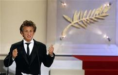 <p>Jury President Sean Penn addresses his speech as he attends the awards ceremony at the 61st Cannes Film Festival May 25, 2008. REUTERSEric Gaillard</p>