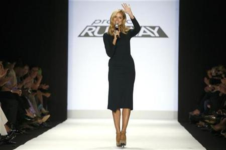 Host Heidi Klum talks to audience members during the taping of the season finale of Project Runway during New York Fashion Week September 12, 2008. REUTERS/Keith Bedford