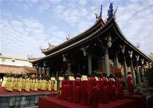 <p>Niños realizan un ritual tradicional para celebrar el cumpleaños de Confucio, o el día de los profesores, en el templo Confucio en Taipei 5 oct 2008. Kung Teh-cheng, el descendiente directo de Confucio número 77, falleció el martes en Taiwán a los 88 años, dijeron medios locales. Kung, cuyo apellido corresponde a la primera sílaba del nombre latinizado de Confucio, sufría del corazón y de los pulmones, informó el United Evening News. REUTERS/Pichi Chuang (TAIWAN)</p>