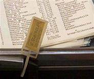 """<p>Foto de archivo de la verdadera """"lista de Schindler' en un maletín que perteneció al empresario Oskar Schindler, en Stuttgart, 15 oct 1999. La primera exhibición que rinde homenaje a los """"héroes silenciosos"""" de Alemania que ayudaron a judíos a escapar de la persecución nazi durante el Holocausto abrió el martes en Berlín. La exhibición, que es permanente, conmemora a muchos hombres cuyas acciones el público en general desconocía hasta ahora. Pero también incluye fotos y escritos de Oskar Schindler. Schindler, en quien Steven Spielberg basó su película de 1993 ganadora al Oscar """"Schindler's List"""", fue un empresario que empleó a más de 1.100 judíos en su fábrica y los ayudó a salvarse de la deportación a campos de concentración. MAD/AA</p>"""