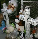<p>Memorial feito por fãs na frente da casa da cantora e atriz Jennifer Hudson, em homenagem à mãe e ao irmão dela, encontrados mortos no dia 24 de outubro. REUTERS/Frank Polich (UNITED STATES)</p>
