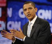 <p>Democratic presidential candidate Senator Barack Obama gestures at the CNN/Los Angeles Times Democratic presidential debate in Hollywood, California January 31, 2008. REUTERS/Jason Reed</p>
