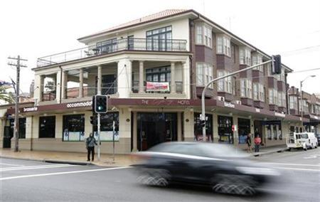 Traffic drives past the front of the Coogee Bay Hotel in Sydney October 29, 2008. REUTERS/Tim Wimborne