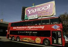 """<p>Foto de archivo de un bus turístico frente a un letrero de Yahoo en San Francisco, EEUU, 21 oct 2008. La compañía de medios por internet Yahoo Inc y la división AOL del grupo Time Warner Inc están llevando a cabo un análisis contable """"significativo"""" para una eventual fusión, pero un acuerdo no sería inminente, dijo el miércoles una fuente cercana al tema. REUTERS/Robert Galbraith</p>"""