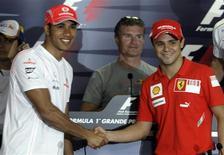 <p>Felipe Massa, da Ferrari, cumprimenta Lewis Hamilton, da McLaren durante uma coletiva da FIA em São Paulo. REUTERS/Paulo Whitaker (BRAZIL)</p>