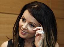 <p>British soprano Sarah Brightman gestures during an interview with Reuters in Beijing August 9,2008. REUTERS/Eric Gaillard</p>