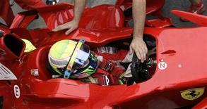 <p>Massa durante uma parada no pitstop no primeiro treino em Interlagos REUTERS/Bruno Domingos (BRAZIL)</p>
