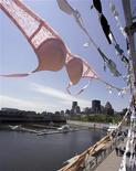 <p>Migliaia di reggiseni appesi nel Porto Vecchio di Montreal, nell'ambito di una campagna raccolta fondi a favore della lotta contro il tumore al seno. REUTERS/Christinne Muschi</p>