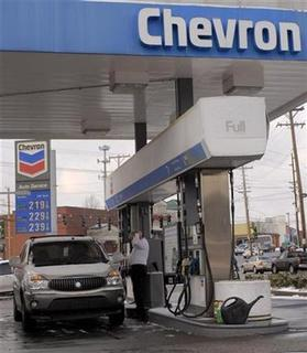 A customer pumps gas at a Chevron gas station in Louisville, Kentucky February 2, 2007. REUTERS/John Sommers