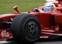 <p>O piloto Felipe Massa, da Ferrari, durante os treinos livres do GP do Brasil, em São Paulo. Felipe Massa largou bem no duelo com Lewis Hamilton pelo título da Fórmula 1, e superou o britânico nos dois treinos livres do Grande Prêmio do Brasil. 31 de outubro.REUTERS/Sergio Moraes</p>