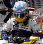<p>Bicampeão mundial Fernando Alonso, da Renault, deixa o carro após treino classifcatório para o GP do Brasil de F1. REUTERS/Paulo Whitaker (</p>