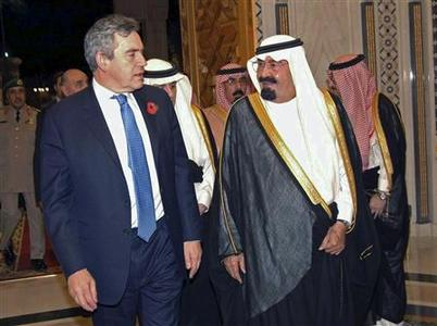 Saudi Arabia's King Abdullah (R) welcomes British Prime Minister Gordon Brown at the Royal Palace in Riyadh November 1, 2008. REUTERS/Saudi Press Agency/Handout (