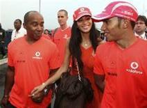 <p>O britânico Lewis Hamilton, acompanhado de seu pai Anthony e de sua namorada Nicole Scherzinger, deixa o autódromo após assegurar o título da Fórmula 1. REUTERS/Rodrigo Paiva (BRAZIL)</p>