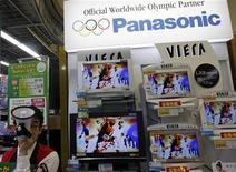 <p>Schermi tv al plasma di Panasonic in un negozio di Tokyo. REUTERS/Kim Kyung-Hoon</p>