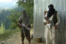<p>Afghanistan, talebani revocano bando telefonia mobile di giorno. REUTERS/Adil Khan</p>