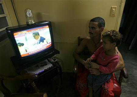 People watch the daily news on Mesa Redonda to follow up on the U.S election, in Havana November 4, 2008. REUTERS/Enrique de la Osa