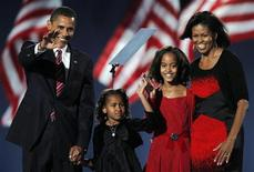 <p>Барак Обама и его семья обращаются к избирателям в Чикаго. Демократ Барак Обама во вторник одержал победу над соперником -республиканцем Джоном Маккейном после изматывающей двулетней борьбы за Белый дом и стал первым в истории чернокожим президентом Соединенных Штатов. 05/11/2008 Гэри Гершон</p>
