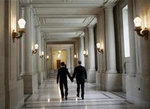<p>Due uomini attraversano i corridoi del municipio di San Francisco, California, dopo essersi uniti in matrimonio, il 3 novembre 2008. REUTERS/Robert Galbraith</p>