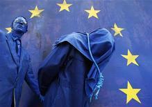 <p>Актеры разыгрывают сцену казни во время митинга протеста в Брюсселе 26 июня 2008 года. Хорватия может завершить переговоры о вступлении в Евросоюз в следующем году, если ускорит подготовку, сообщила Европейская комиссия в среду. REUTERS/Francois Lenoir</p>