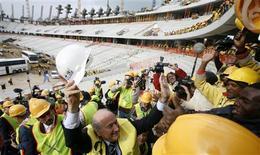 <p>Trabalhadores encerraram a greve nas obras do novo estádio da Cidade do Cabo para a Copa do Mundo e a construção será finalizada dentro do prazo, disse um porta-voz da cidade nesta quarta-feira. REUTERS/Mike Hutchings</p>