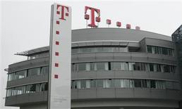 <p>Deutsche Telekom a vu son chiffre d'affaires reculer de 1,5% à 15,5 milliards d'euros au titre du troisième trimestre, soit légèrement moins que prévu, et s'estime en mesure de remplir ses objectifs pour 2008 et d'afficher un résultat stable en 2009. /Photo prise le 30 mai 2008/REUTERS/Ina Fassbender</p>