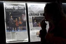 <p>Mulher observa jornais de quarta-feira no Newseum, o museu da notícia, em Washington REUTERS/Molly Riley (UNITED STATES)</p>