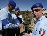 <p>Наблюдатели ЕС из Франции разговаривают с российским солдатом возле блокпоста около грузинской деревни Набахтеви 2 октября 2008 года. Россия хочет, чтобы Евросоюз увеличил число своих представителей, наблюдающих за соблюдением соглашения с Грузией о прекращении огня, сообщил представитель Кремля. REUTERS/David Mdzinarishvili</p>