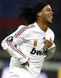 <p>Ronaldinho comemora gol do Milan contra o Braga pela Copa da Uega nesta quinta-feira. REUTERS/Stefano Rellandini ( ITALY )</p>