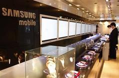 <p>Samsung Electronics a ravi à Motorola la place de numéro un des fabricants de téléphones portables aux Etats-Unis au troisième trimestre, selon le cabinet d'études Strategy Analytics. /Photo d'archives/REUTERS/Lee Jae-Won</p>