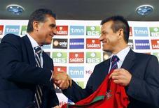 <p>Técnico Dunga recebe camisa da seleção de Portugal das mãos do treinador português Carlos Queiroz, em Lisboa, nesta sexta-feira. REUTERS/José Manuel Ribeiro</p>