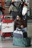 <p>Passeggeri in attesa alla stazione Termini di Roma durante uno sciopero. REUTERS/Max Rossi</p>
