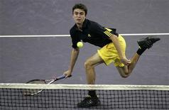 <p>Francê Simon devolve uma bola em partida contra o francês Roger Federer na Masters Cup de Xangai, nesta segunda-feira. REUTERS/Aly Song</p>