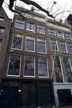 """<p>Vista del exterior de la casa donde vivió Ana Frank en Amsterdam 21 nov 2007. Un estudio independiente prepara una película basada en las memorias de una amiga de Ana Frank. """"My Friend Anne Frank"""" es la adaptación fílmica del libro escrito por Jacqueline van Maarsen, quien fue descrita como la mejor amiga de Frank, Jopie, en """"The Diary of Anne Frank"""". REUTERS/Jerry Lampen (HOLANDA)</p>"""