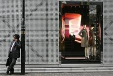 <p>A businessman talks on his mobile phone next to a luxury brand at Tokyo's Ginza district October 31, 2008. REUTERS/Yuriko Nakao</p>