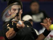 <p>Sérvio Novak Djokovic devolve uma bola em partida contra o russo Nikolay Davydenko na Masters Cup de Xangai, nesta terça-feira. REUTERS/Nir Elias</p>