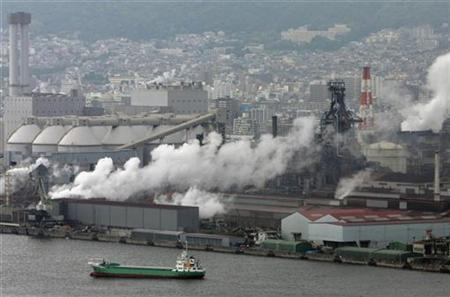 Smoke is emitted from a factory area in Kobe, western Japan May 25, 2008. REUTERS/Yuriko Nakao