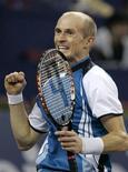 <p>Russo Nikolay Davydenko comemora vitória sobre o argentino Juan Martin del Potro na Masters Cup de Xangai, nesta quinta-feira. REUTERS/Aly Song</p>