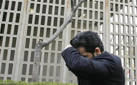 Indian-born fashion designer Anand Jon covers his face after leaving from a side entrance after his arraignment at the Beverly Hills Municipal courthouse in Beverly Hills, California April 4, 2007. REUTERS/Fred Prouser