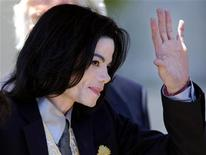 <p>Michael Jackson waves to fans as he departs the Santa Barbara County Courthouse in Santa Maria, California, May 25, 2005. REUTERS/Lucas Jackson</p>