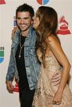 """<p>Cantor colombiano Juanes e a esposa Karen Martinez chegam ao 9o Grammy Lation em Houston, no dia 13 de novembro. Juanes foi o grande vencedor do Grammy Latino, entregue em Houston, Estados Unidos, na quinta-feira. Ele ganhou em três categorias importantes com o disco """"La vida... Es Un Ratico"""". REUTERS/Richard Carson (UNITED STATES)</p>"""