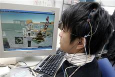 <p>Uno studente controlla con degli elettrodi i movimenti del suo personaggio virtuale su Second Life. REUTERS/Yuriko Nakao (JAPAN)</p>