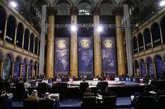 """<p>Общий вид помещения Национального музея строительства, в котором проходит саммит G20 в Вашингтоне 15 ноября 2008 года. Лидеры стран """"Большой двадцатки"""" (G20) в субботу призвали к принятию быстрых действий по спасению мировой финансовой системы от жесточайшего за последние 70 лет кризиса, а также к тому, чтобы больше учитывать мнение развивающихся стран в сложившейся обстановке. REUTERS/Jim Young</p>"""