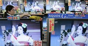<p>Téléviseurs AQUOS LCD (à cristaux liquides) de Sharp, dans un magasin à Tokyo. Le groupe japonais envisage de réduire sa production de téléviseurs LCD pour s'adapter à la baisse de la demande provoquée par la crise économique. /Photo prise le 30 octobre 2008/REUTERS/Yuriko Nakao</p>