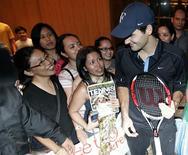 <p>Roger Federer, da Suíça, conversa com fãs após uma entrevista coletiva em Kuala Lumpur, no dia 17 de novembro. A vitória de Novak Djokovic na Masters Cup pode ter marcado o encerramento de uma era na qual Roger Federer dominou o torneio que encerra a temporada. REUTERS/Zainal Abd Halim (MALAYSIA)</p>
