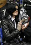 <p>Pop star Michael Jackson applauds a speaker during a public viewing and funeral for legendary singer James Brown in Augusta, Georgia December 30, 2006. REUTERS/Lucas Jackson</p>