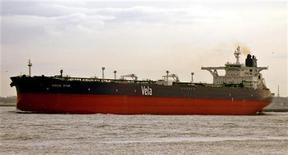 """<p>Саудовский танкер Sirius Star. Сомалийские пираты у восточного побережья Африки захватили саудовский супертанкер Sirius Star, груженый нефтью стоимостью $100 миллионов, что привело к временному повышению цены на """"черное золото"""". REUTERS/Knut Brandt/Handout (SAUDI ARABIA)</p>"""