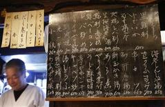 <p>Menù del giorno esposto in un tradizionale ristorante giapponese a Tokyo. REUTERS/Issei Kato</p>