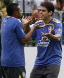 <p>Robinho (E) e Kaká brincam em treino da seleção brasileira em Brasília antes de amistoso contra Portugal. REUTERS/Jamil Bittar (BRAZIL)</p>